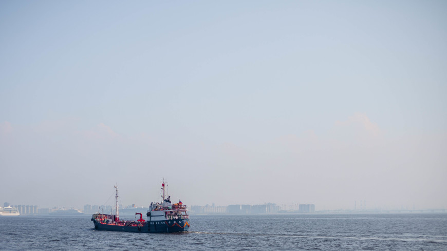 Тонущий у японских берегов танкер с химикатами отбуксирован в порт