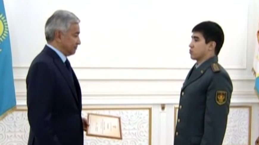 Глава Минобороны Казахстана наградил спортсменов-армейцев