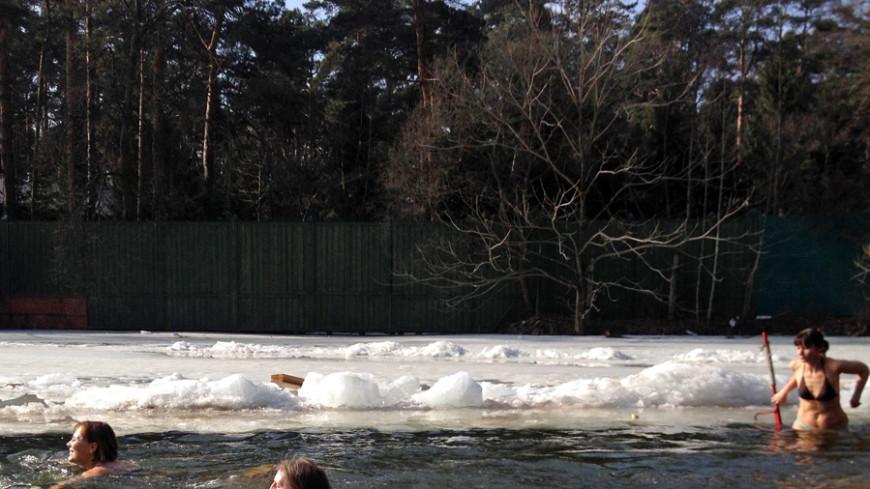 В прорубь с головой: крепкие морозы - радость для «моржей»