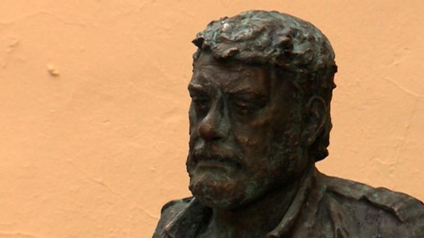 Памятник Довлатову вернут на улицу Рубинштейна в октябре