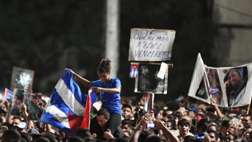 Урну с прахом Фиделя Кастро провезли через всю Гавану