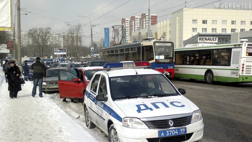 В Москве автомобиль на бешеной скорости въехал в стену магазина