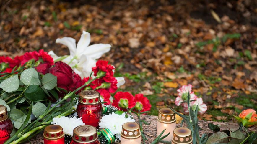 На открывшуюся после теракта Английскую набережную несут цветы