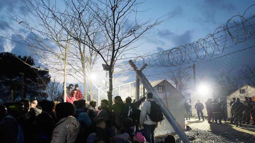 Мигранты в Греции снесли тараном заграждение и бросились в Македонию