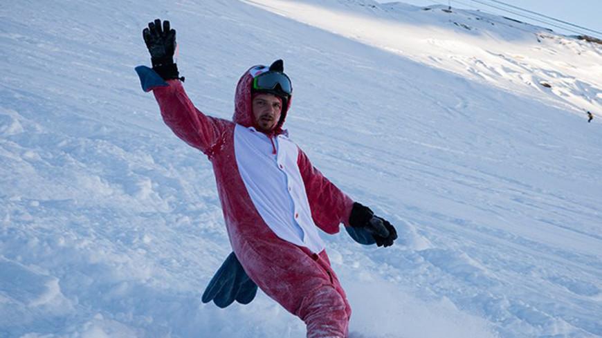 Омич прокатился на сноуборде по проезжей части