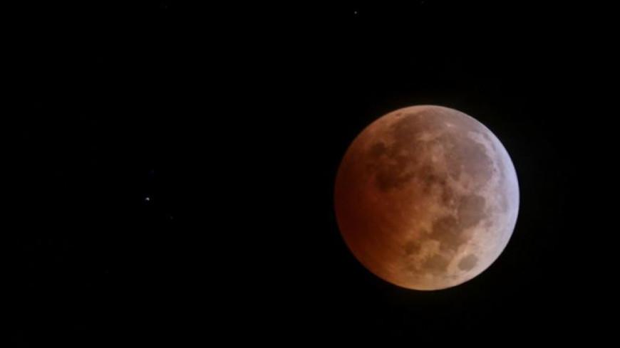 Москвичи увидели «кровавое» затмение Суперлуны