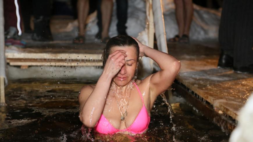 video-i-foto-chastnoe-zhenshini-v-kupeli-nezhnoe-sozdanie-masturbiruet-pered-zerkalom