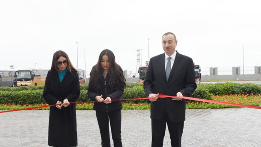 Алиев с супругой проехались на электромобиле до экопарка