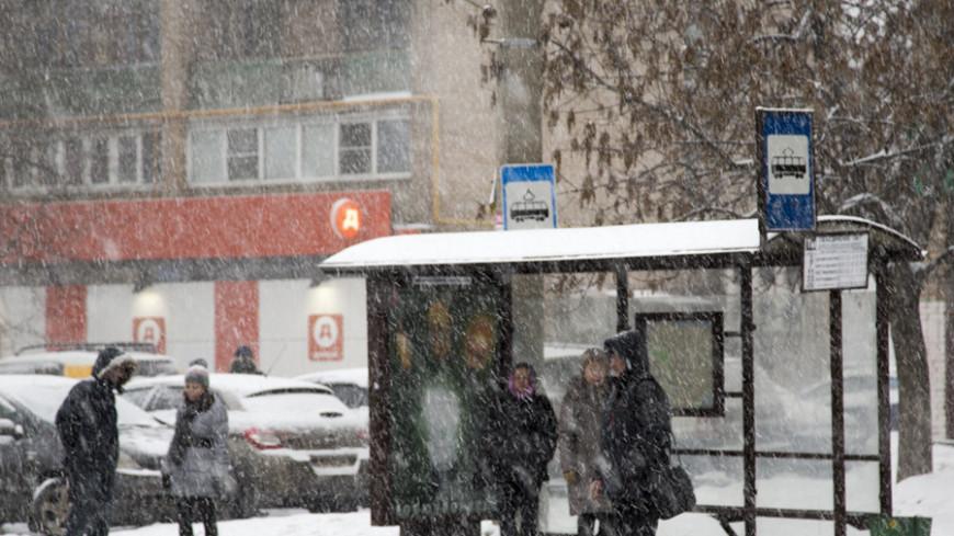 Автомобиль влетел в остановку в Великом Новгороде