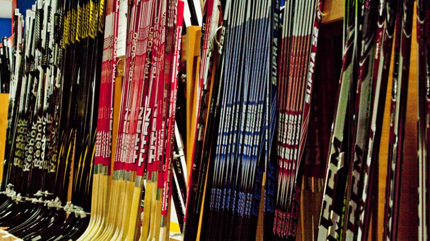 У российских хоккеистов в Канаде украли клюшки и экипировку