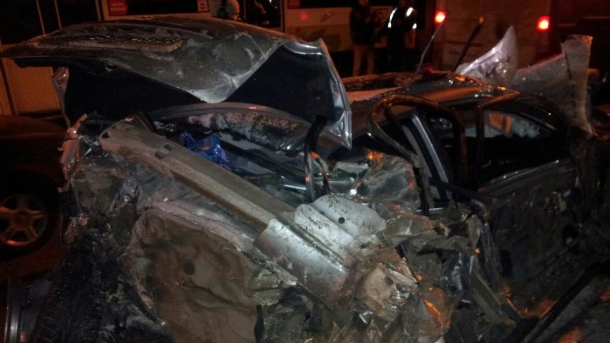 В Москве Mazda врезалась в столб и загорелась