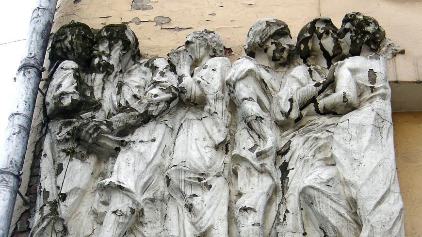 В столице от«Дома списателями» отвалился барельеф сГоголем