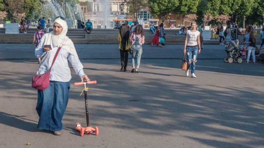 В парке,лето, женщина, хиджаб, самокат, мусульманство, ,лето, женщина, хиджаб, самокат, мусульманство,