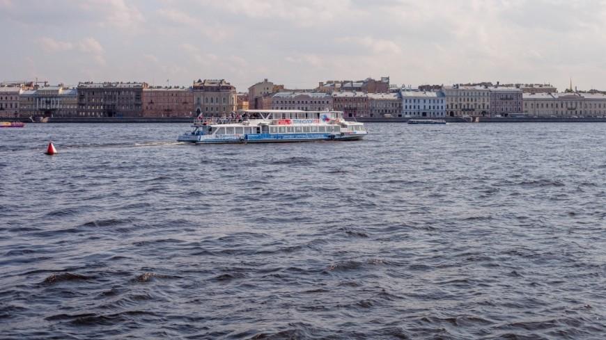 "Фото: Марина Дыкун (МТРК «Мир») ""«Мир 24»"":http://mir24.tv/, теплоход, санкт-петербург, питер, нева, река нева, судно, корабль, теплоход на реке, пассажирский теплоход"