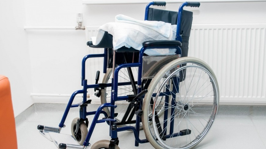 """Фото: Сергей Минеев (МТРК «Мир») """"«Мир 24»"""":http://mir24.tv/, инвалидная коляска, больница, врач, врачи, обследование, доктор, лаборатория, медицина, медицинская помощь, болезнь, инвалиды, инвалидность, инвалид, инвалидное кресло"""