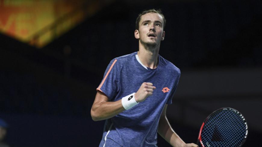Теннисист Медведев после поражения на Уимблдоне бросил в судью монеты