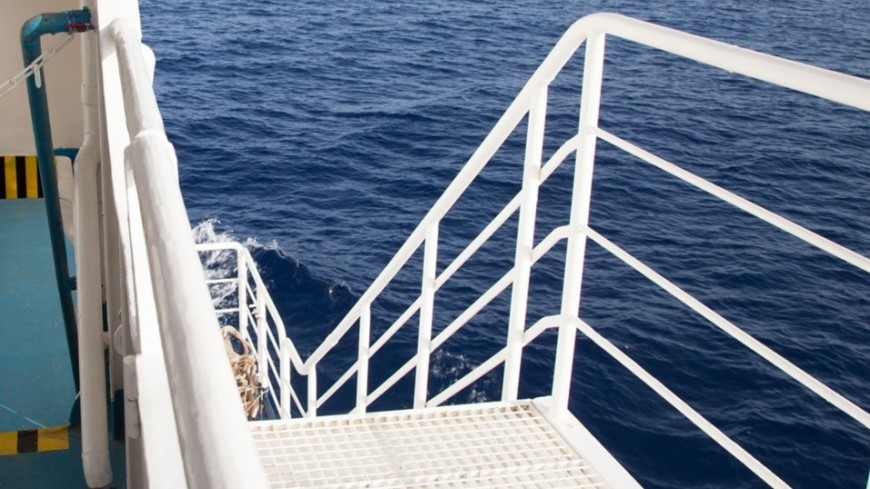 Сопрокинувшегося вКрыму сухогруза спасли 3-х человек