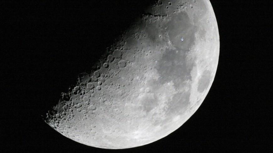 Лунный грунт ушел с молотка почти за $2 млн