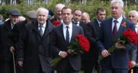 «Бессмертный подвиг»: Медведев возложил цветы к мемориалу в пансионате для ветеранов