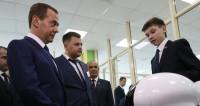 Медведев предложил заменить футболистов сборной России роботами