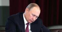 «Как курица лапой»: Путин описал собственный почерк