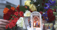 Стихийный мемориал возле французского посольства в Москве (ФОТО)