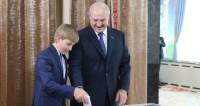 Лукашенко проголосовал на выборах вместе с Колей
