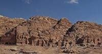 Бейсджампер прыгнул с парапета храма древней Петры
