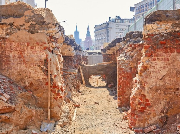 Древние надгробия и старинные клады: что лежит под московскими тротуарами