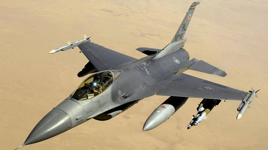 Истребитель «Эф-16» выкатился запределы взлетно-посадочной полосы иперевернулся