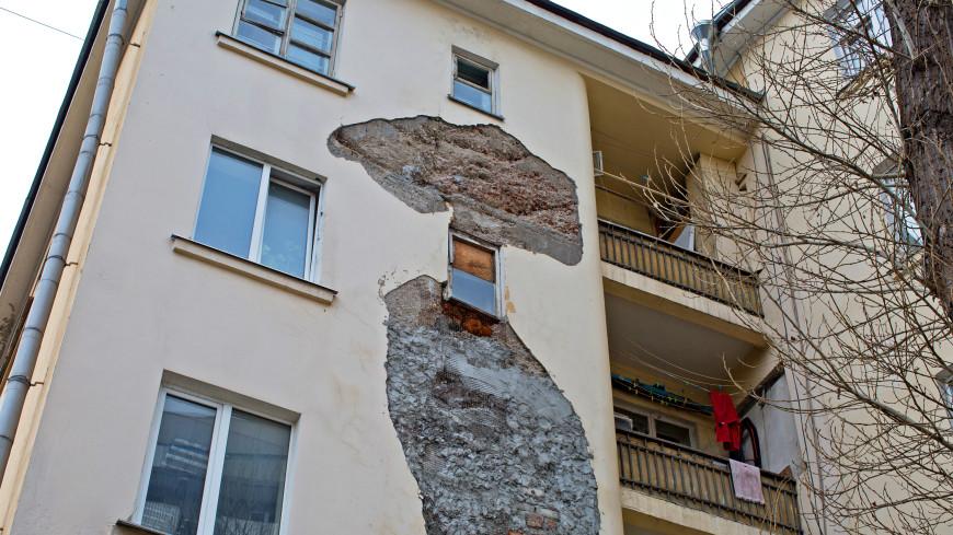 В Петербурге балкон рухнул прямо на дворовую парковку