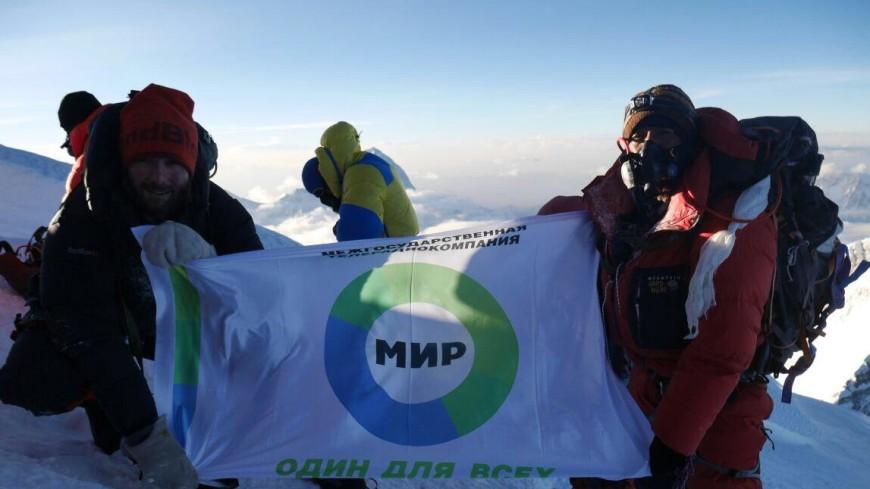 Флаг «Мира» подняли на горе Эверест