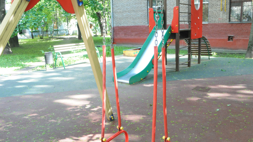 Ребенок погиб при падении с качелей в Подмосковье