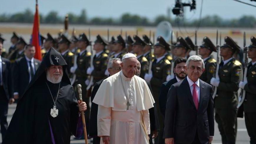 Папе римскому подарили в Армении его микропортрет на янтаре