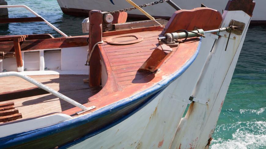Российский корабль отбуксировал спасенное украинское судно на Крит