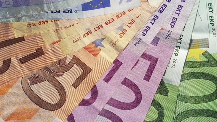 Официальный курс евро упал до 54,75 рубля