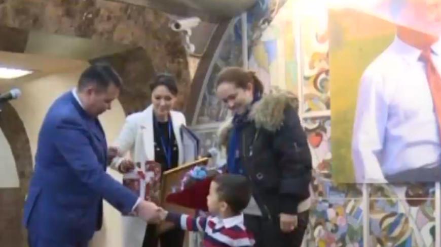 Четырехлетний мальчик выиграл конкурс селфи в метро Алматы