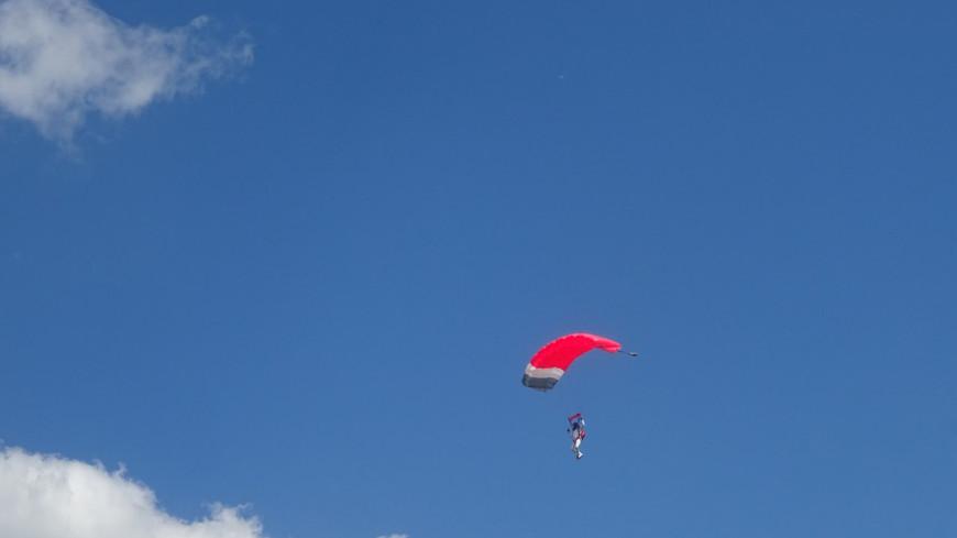 Любовь к небу: В России отмечают День парашютиста