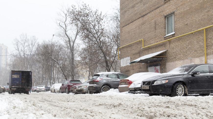В центре Москвы глыба льда разбила Jaguar за три миллиона рублей