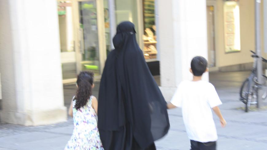 Благопристойная мода: в Лондоне показали отвечающие исламу наряды