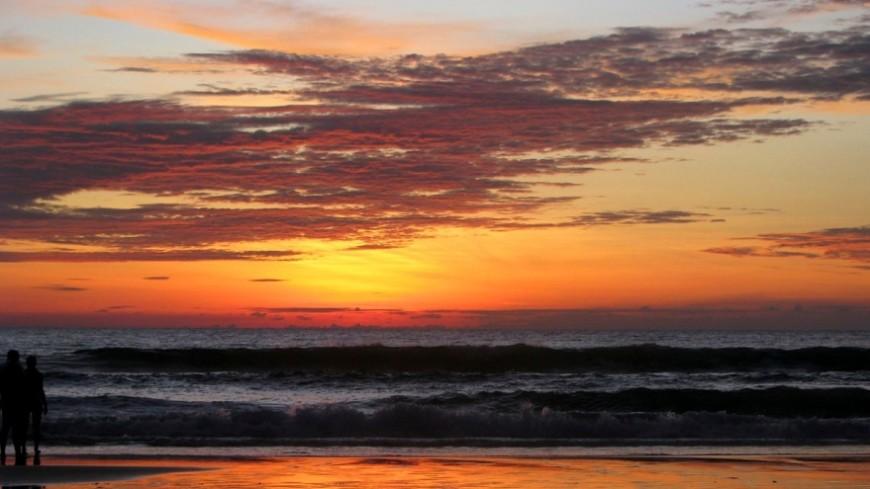 Мраморное море окрасилось в оранжевый цвет