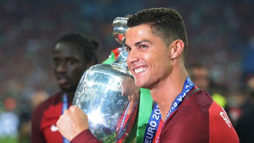 Роналду стал футболистом года по версии ФИФА в четвертый раз