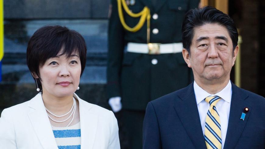 Премьер Японии и его жена оказались в центре громкого скандала