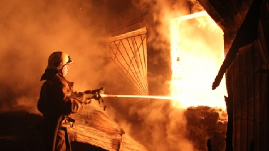 В Подмосковье горит жилая строительная бытовка