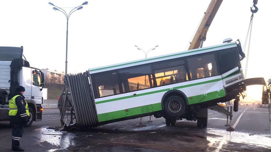 Автобус в Москве разорвало пополам после столкновения с грузовиком
