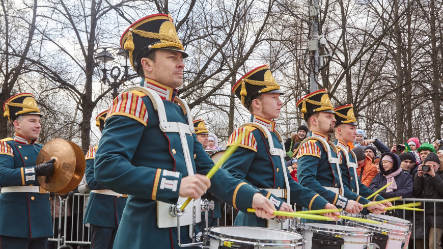 Военный оркестр выступил на станции метро «Комсомольская» в Москве
