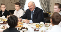 Лукашенко подарил многодетной семье из Гомельской области трактор