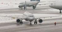 В московских аэропортах отменили и задержали десятки рейсов из-за снегопада