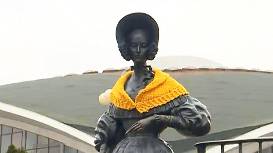 Шерстяной флешмоб: белорусские памятники утеплили шапками и шарфами