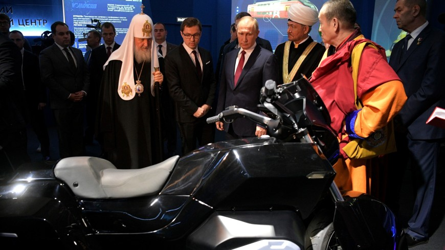 Российскому Президенту  Владимиру Путину представили тяжелый мотоцикл «Иж»
